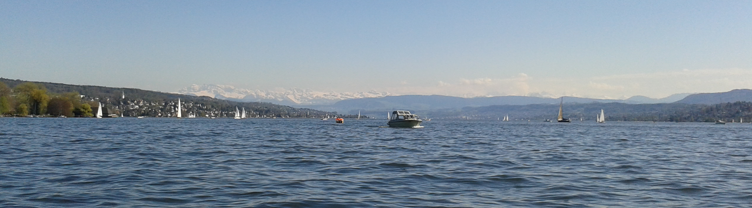 A view of the Alpes and the lake of Zürich (taken on the lake)